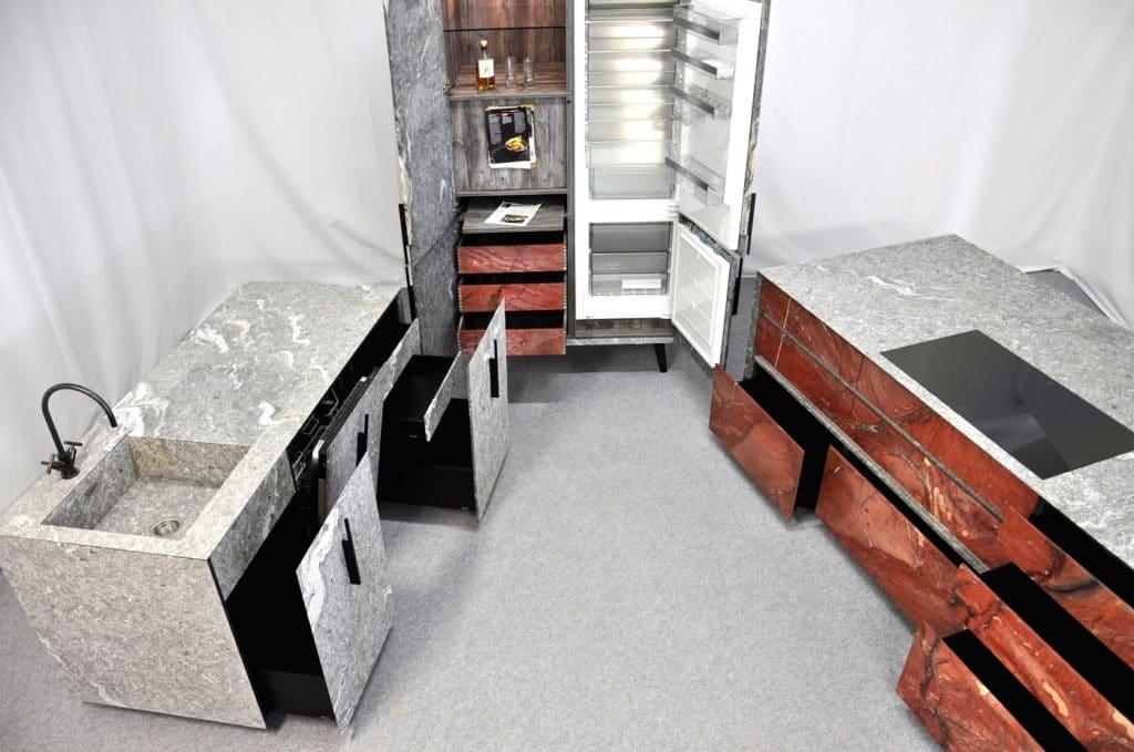 Ein gesamter Küchenraum aus Naturstein? Das geht, wie n'Stee Granat beweist. Nur Korpus und Auszüge sind herkömmlich gewählt - alles andere ist in Stein gehüllt ohne weitere Trägermaterialien. (Foto: MCR)