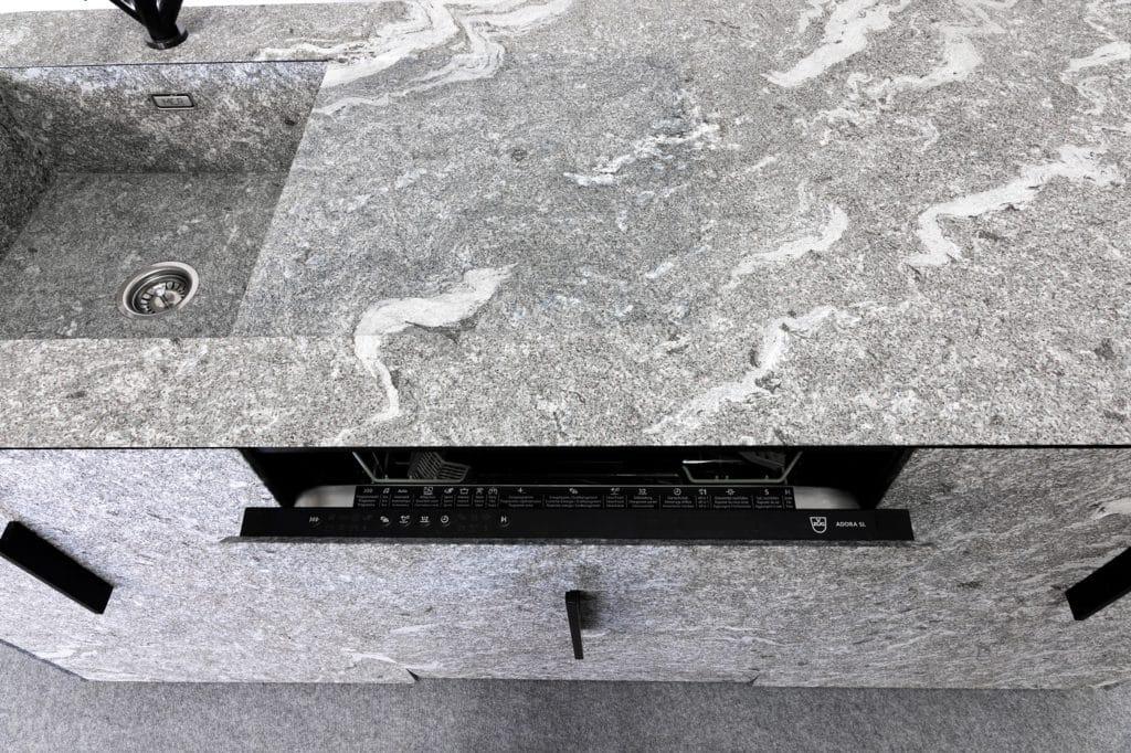 Beeindruckend: selbst der Geschirrspüler (Modell: Adora von V-ZUG) lässt sich nahtlos ins Steindesign der Fronten beim n'Stee Granat integrieren. (Foto: MCR)