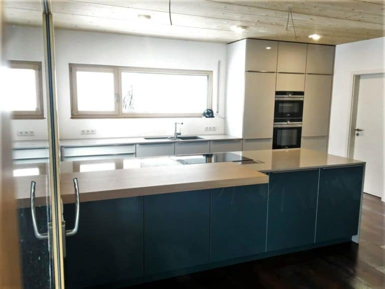 LEICHT-Küche mit Glasfront in Petrol