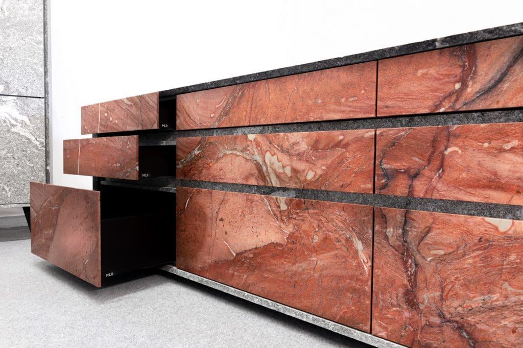 Blutroter Naturstein aus Brasilien dominiert den Kochblock von n'Stee Granat. (Foto: MCR)