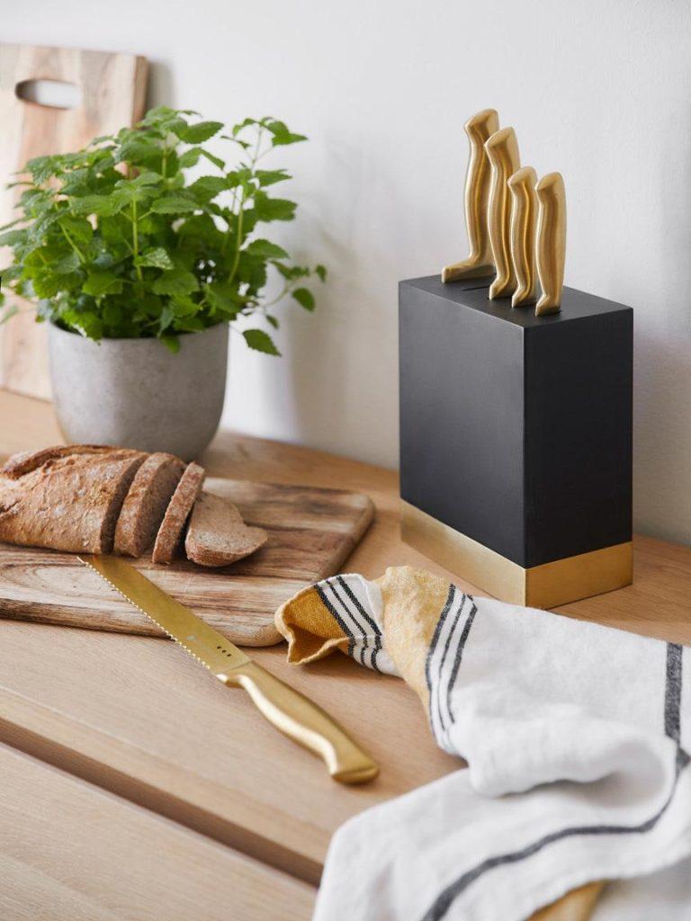 Geschenk-Ideen für die Küche: Im Set enthalten: Kochmesser, Schälmesser, Tranchiermesser, Brotmesser, und Allzweckmesser. (Foto: Westwing)