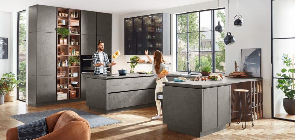 """Betonoptik und Schwarzglas-Vitrinen: tolle Gestaltungselemente in der modernen Küche - doch """"Trends"""" sollten auch zeitlos und individualisierbar sein. (Foto: nobilia)"""