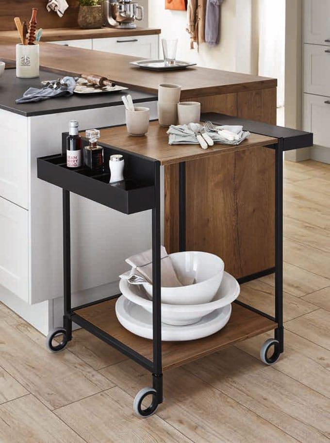 Dekorativer Küchenhelfer - und sehr nützlich: der Servierwagen lässt sich mit diversen Utensilien bestücken und bei Nichtgebrauch zusammenklappen. (Foto: nobilia)