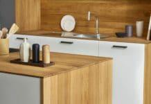Nachhaltiges Holz in der Küche sollte eine Selbstverständlichkeit sein. Wenn es dann noch resistent gegen Feuchtigkeit und Hitze ist - umso besser. (Foto: SPEKVA)