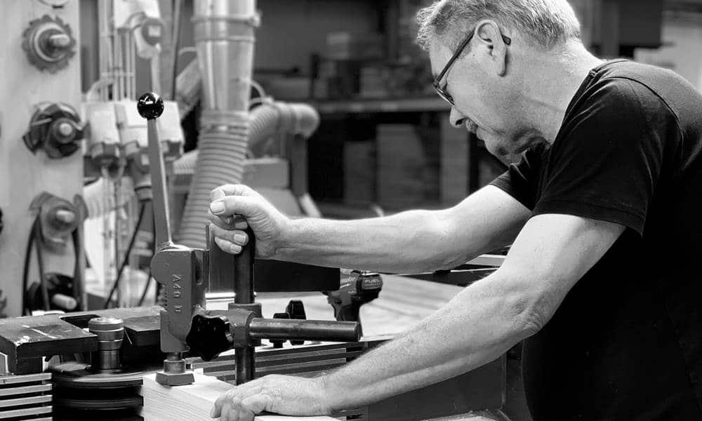 Viele Arbeitsvorgänge laufen bei SPEKVA manuell ab. Um das Holz resistent gegen Feuchtigkeit und Flecken im Küchenraum zu machen, bedient man sich althergebrachten Methoden. (Foto: SPEKVA)