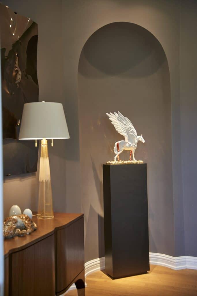 Die Produkte der Porzellan Manufaktur Nymphenburg sind weltberühmt. Einige Kunstobjekte entstanden in Zusammenarbeit mit herausragenden Künstlern wie Damien Hirst. (Foto: ©Andreas Achmann)