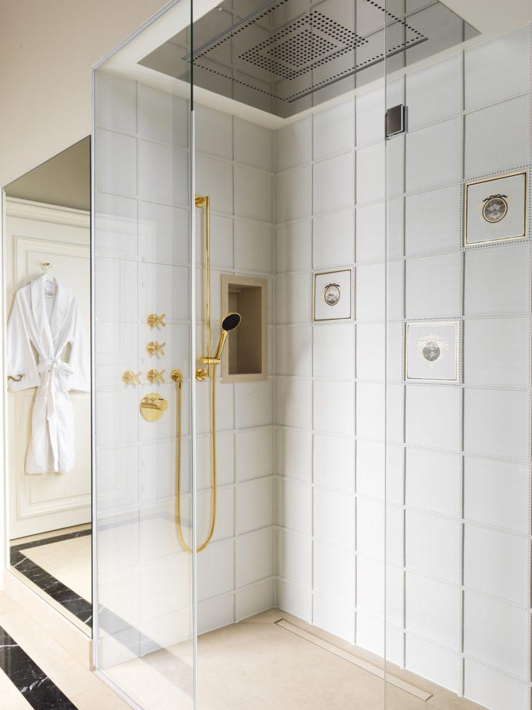 Porzellan erlebbar machen: morgens wird im royal anmutenden Bad mit Porzellanfliesen geduscht... (Foto: ©Stephan Julliard)