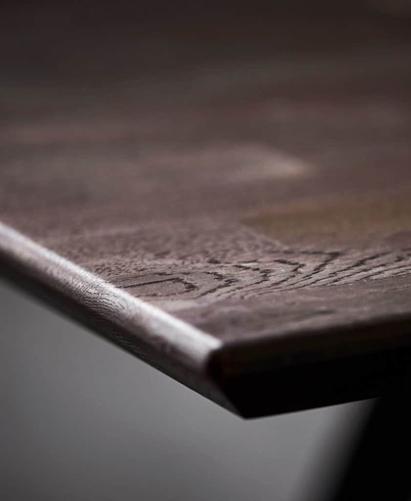 Dunkles Holz in der Küche wirkt, akzentuiert eingesetzt, elegant und wertig. (Foto: SPEKVA)
