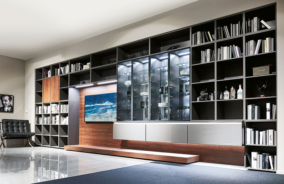 Eine Bücherschrankwand vom Küchenhersteller? Ja - nobilia wendet sich im 75. Jahr seines Bestehens verstärkt der Wohnraumgestaltung und Küchenumgebung zu. (Foto: nobilia)