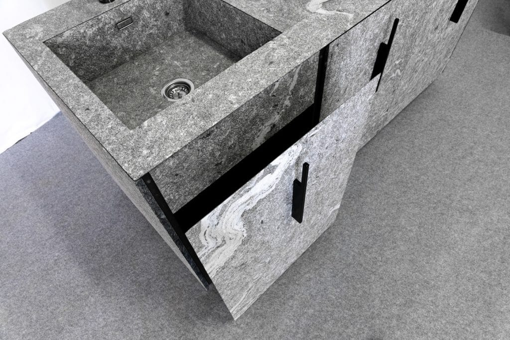 Stein auf Stein - selbst die Blenden des Spülbeckens, die Fronten der Innenschübe oder der Hochschrank sind in Stein gehüllt. (Foto: MCR)