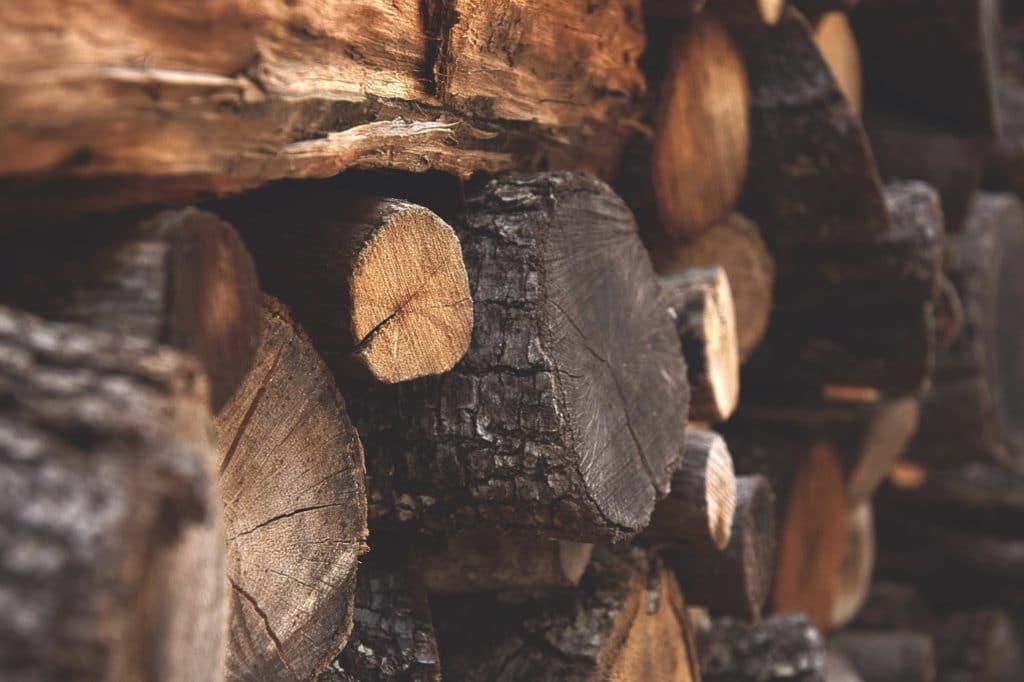 Holz ist aus der modernen Küche nicht wegzudenken: das naturbelassene, warme Material wird geliebt - und kunstvoll eingesetzt. (Foto: stock/ Ilaria)