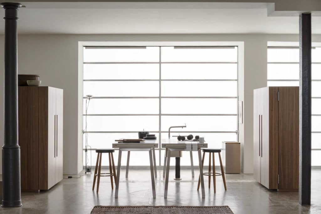 Ästhetisch und kunstvoll: diese versteckte bulthaup b2 geht im lichtdurchfluteten Atelier direkt in den Wohnraum über. (Foto: bulthaup)