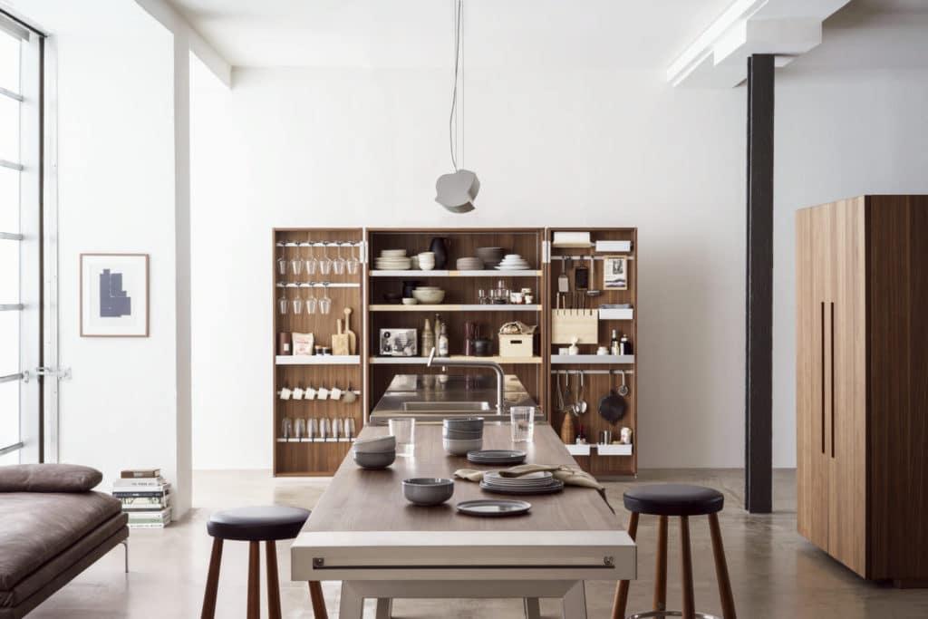 Hinter Werkschrank und Geräteschrank verstecken sich alle notwendigen Utensilien für die versteckte Küche. (Foto: bulthaup)