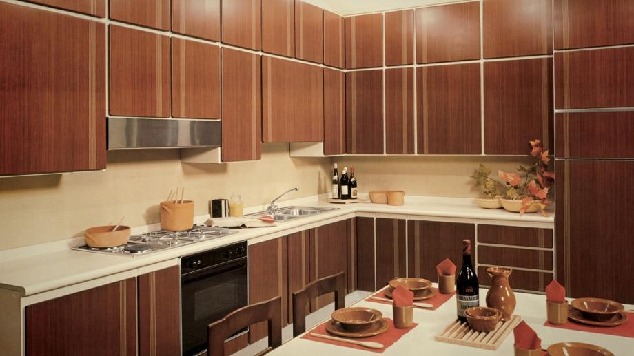 Um die klassische Holzküche kam man in den 70ern und 80ern nicht herum - hier immerhin ein griffloses Modell der italienischen Marke. (Foto: Scavolini)