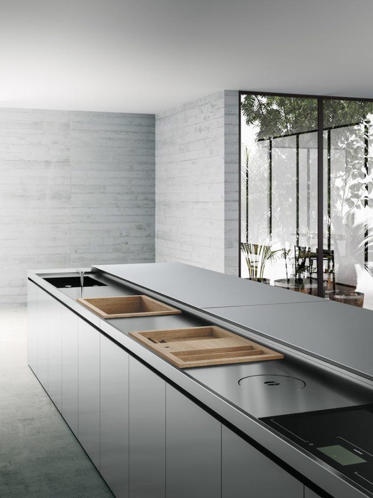 Klug gelöst: Boffis Küchenmodelle, wie hier K6-6, arbeiten mit ausfahrbaren Arbeitsplatten, die nach getaner Arbeit sämtliche Arbeitsbereiche bedecken. (Foto: Boffi)