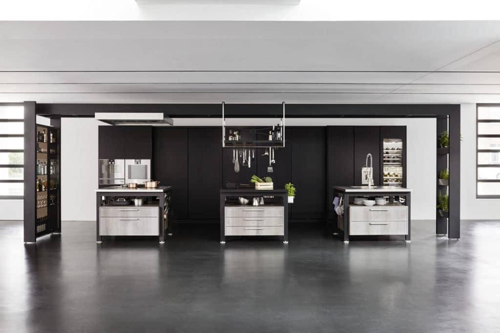 Klar, durch die verschiedenen Arbeitsblöcke lässt sich die eggersmann work's als Küche identifizieren. Faszinierend ist aber besonders die Rolle der Küchenrückwand. (Foto: eggersmann)