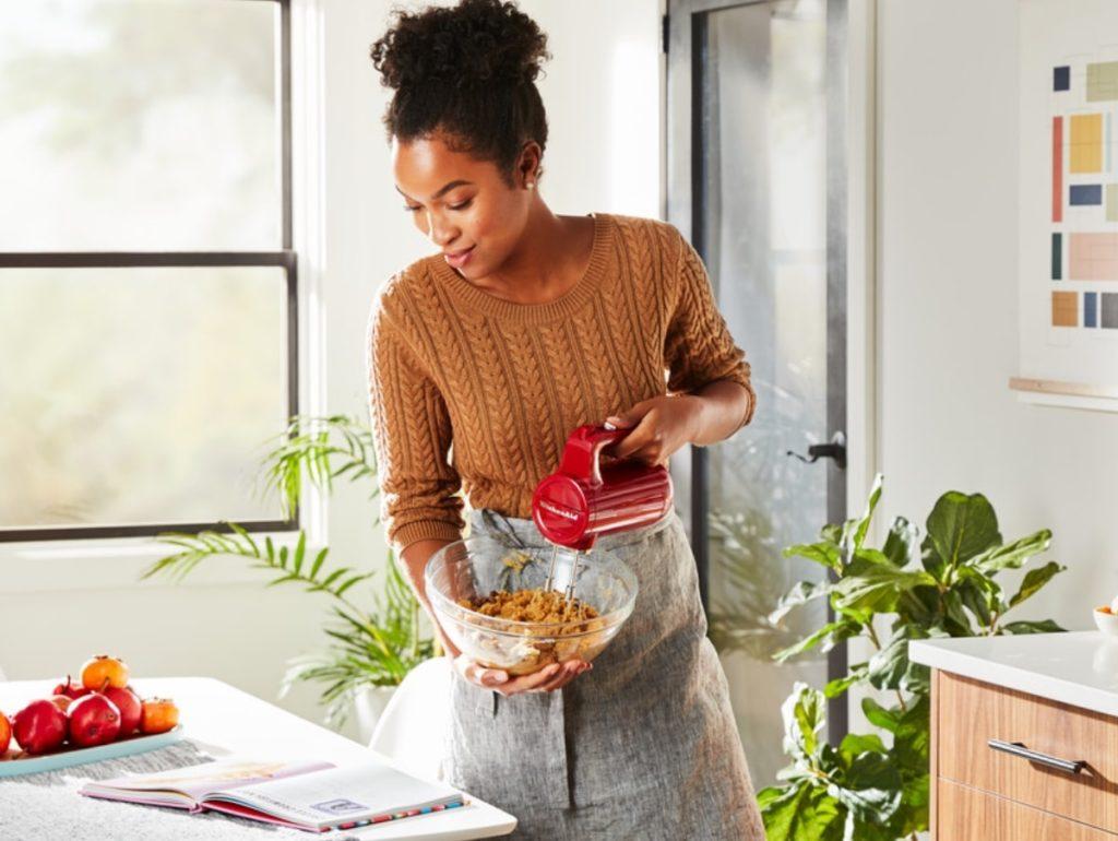 Zubereiten, wo und wann man will: das kabellose Handrührgerät ist im Handumdrehen aufgeladen und leicht im Gewicht. (Foto: KitchenAid)