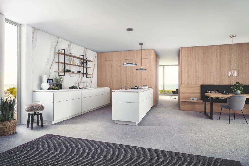 """Bei Modell """"BOSSA"""" versteckt LEICHT viele wichtige Küchenfunktionen hinter einer universalen Wohnwand - die auch im Essbereich nebenan als Wandverkleidung dient. (Foto: LEICHT)"""