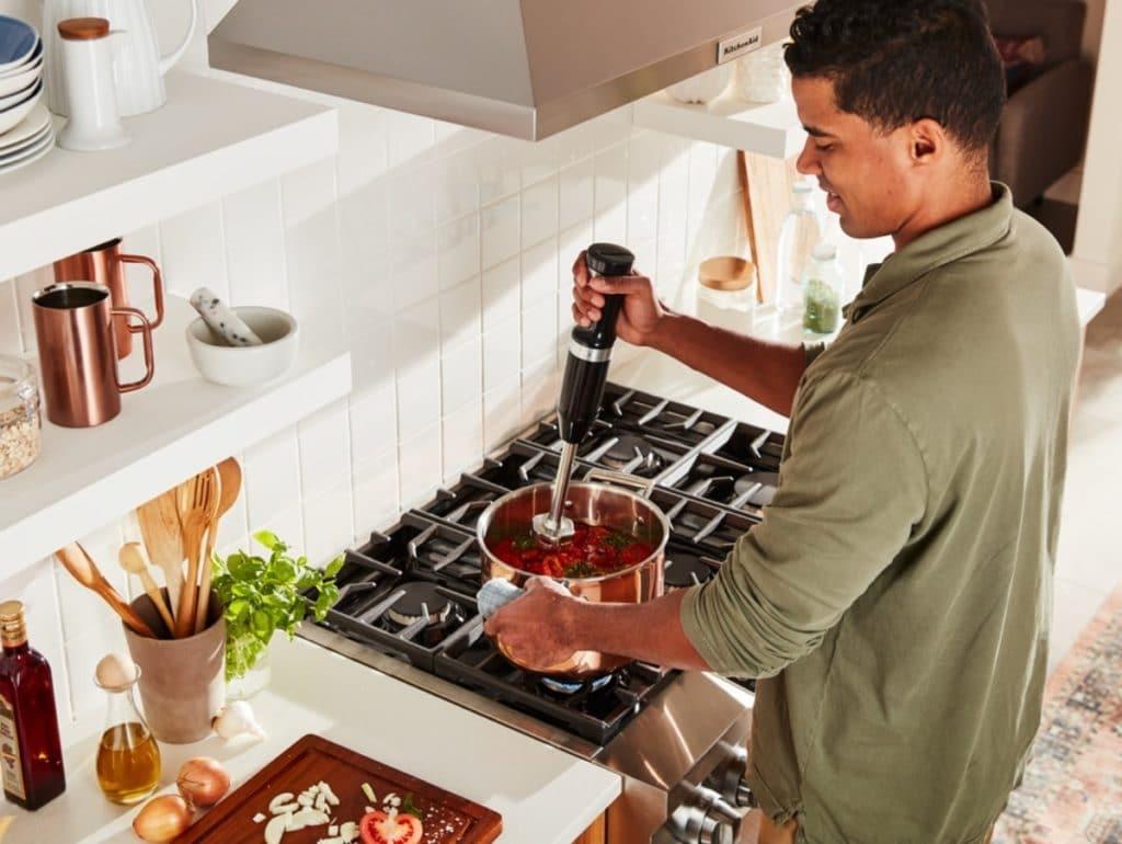 Püriert Lebensmittel schnell und effektiv zu Suppen, Säften und Smoothies - und kann dank Schutzhülle sogar direkt im Topf verwendet werden: der kabellose Stabmixer der CORDLESS-Serie von KitchenAid. (Foto: KitchenAid)