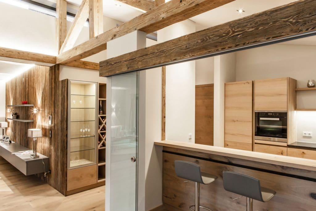 Die Holzbalken, die optisch ein Fachwerk in dem brandneuen Gebäude nachbilden, sind tragende Originale aus einem alten Bauernhaus. (Foto: The Kitchen Club)