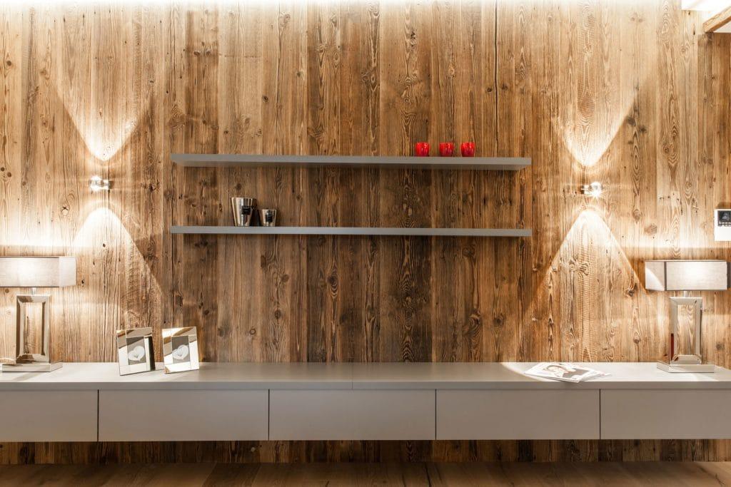 So werden heute Immobilien im Kitzbüheler Land verkauft: fertig ausgestaltet mit passenden Accessoires und Kleinmöbeln. Gezielt eingesetzte Akzente in Rot verleihen dem Tiroler Penthouse ein stilvolles Finish. (Foto: The Kitchen Club)