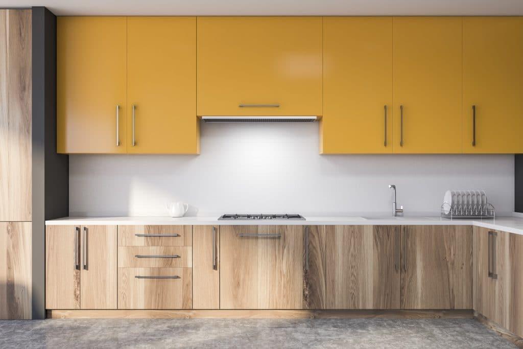 Lieber einzeln anwenden? Ein intensives Gelb in der Küche wirkt mit hellen Holztönen und Weiß gleich viel dezenter als mit einer starken Kontrastfarbe. (Foto: Adobe Stock/ Denis Ismagilov)