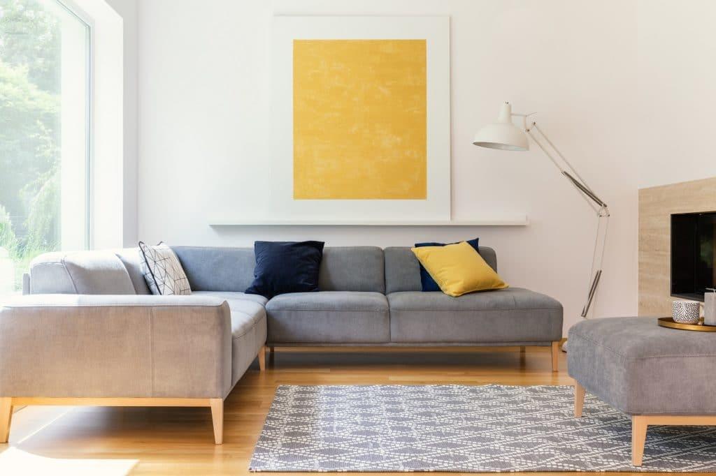 Zugegeben: auf der Couch haben wir 2020 wohl die meiste Zeit verbracht. Eine gute Inspiration für die Farbe des Jahres 2021 ist also dieses Bild. (Foto: Photographee.eu)