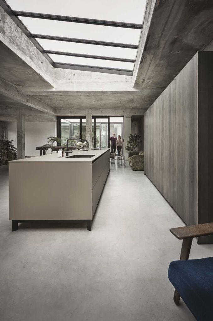 Hinter der vermeintlichen Wohnwand eröffnet sich das funktionale Küchenuniversum dieses Modells (siehe Titelbild). (Foto: next125)