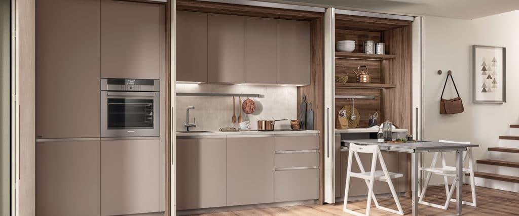 Nicht nur schön, sondern auch praktisch: speziell in kleinen Küchen hilft es, mit geschlossenen Küchenfronten für Ruhe und Ordnung zu sorgen. (Foto: Scavolini)