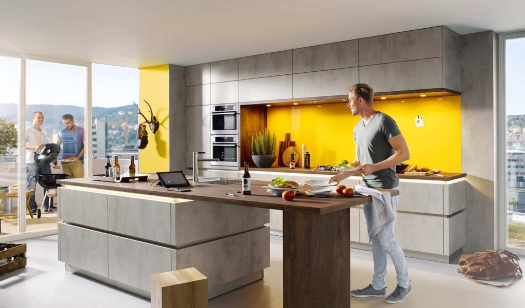 Einige Küchenhersteller haben bereits die Trendfarbe des Jahres 2021 im Paket. Man darf sich aber auch durchaus nochmal beraten lassen. (Foto: Schüller)