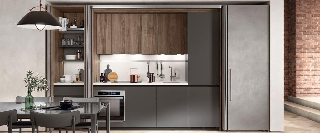 Scavolini hüllt seine Küchenzeile mit seitlich einklappbaren Schiebetüren in ein unauffälliges Antlitz. (Foto: Scavolini)