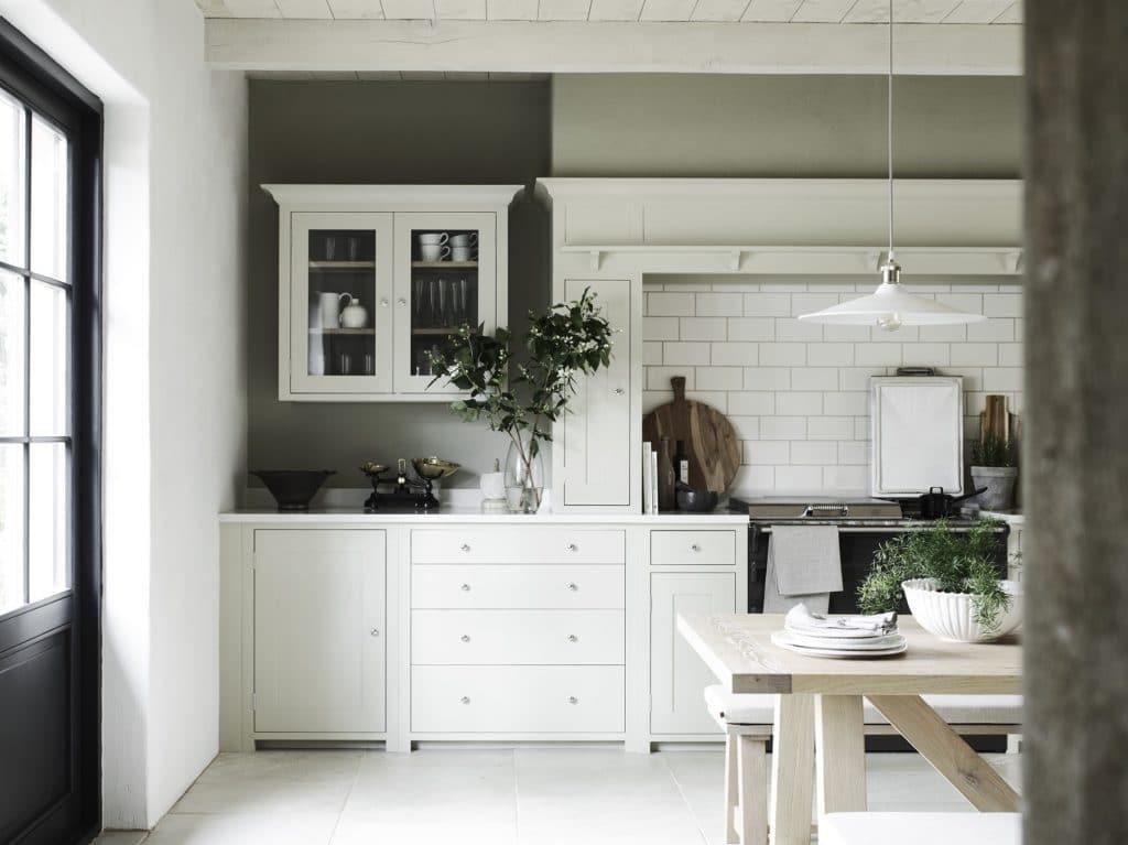Gemütlich und einladend ist er, der Landhausstil. Moderne Formen wie hier von Neptune Küchen zeichnen sehr filigrane Kassettenfronten und kombinieren die traditionellen Formen mit frischer Farbe und runden Griffen. (Foto: Neptune)