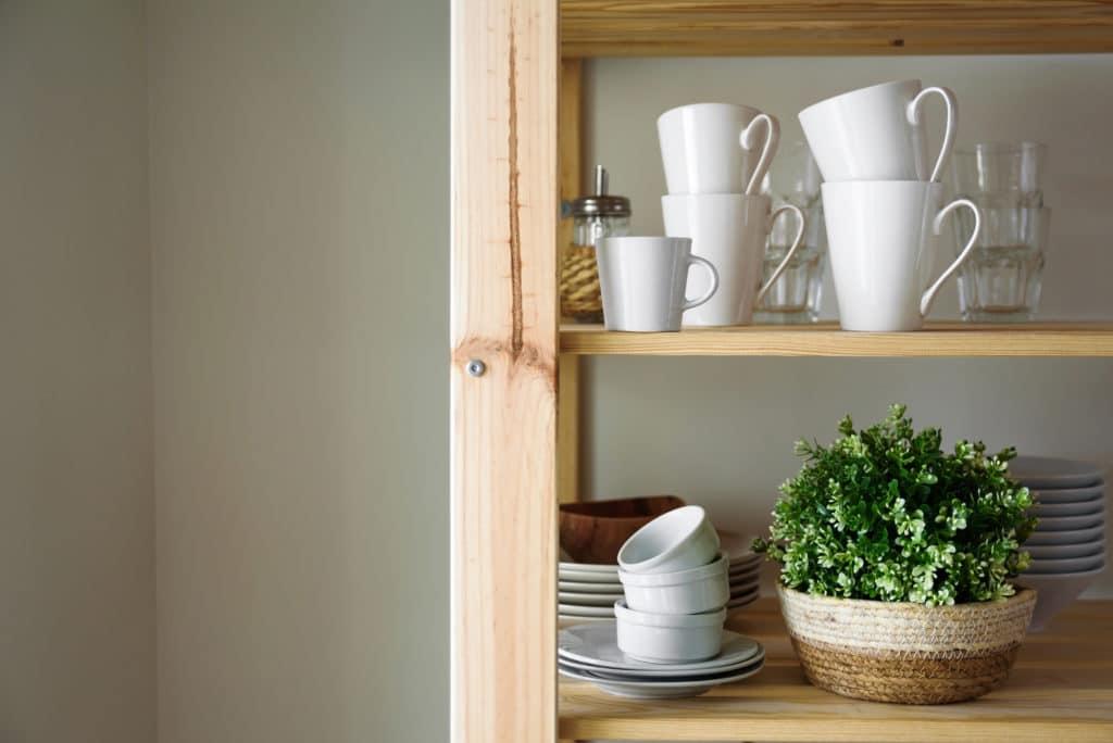Marie Kondo findet: Ordnung halten fällt leichter, wenn alles seinen festen Platz hat. (Foto: Adobe Stock / Tatyana A. - tataks)