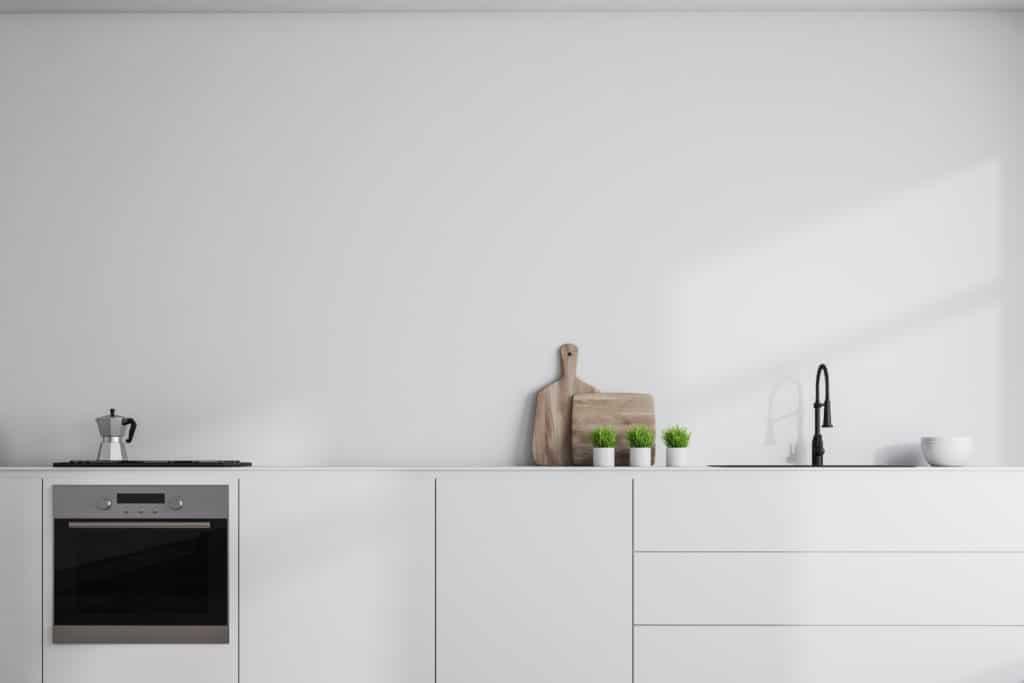 Ziel der KonMari-Methode in der Küche: freie Flächen schaffen. (Foto: Adobe Stock / denisismagilov)