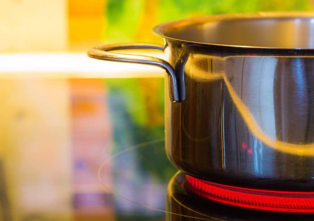 Kochzone immer passend zum Kochtopf wählen. Was selbstverständlich klingt, spart bei Beachtung unheimlich Energie. Nur Induktion ist besser. (Foto: stock/ Rainer Fuhrmann)