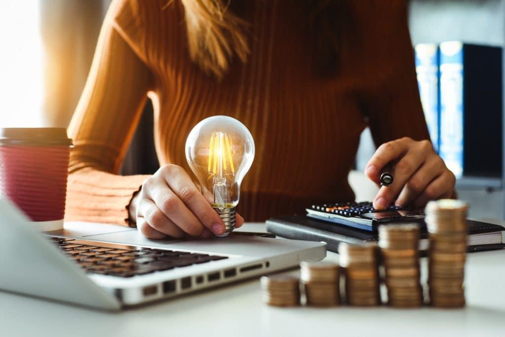 Warum es sich lohnt, unsere Tipps zum Energiesparen in der Küche für 2021 umzusetzen? Ganz klar: wirkt gegen ein schlechtes Gewissen und spart obendrein noch Geld. (Foto: stock/ mrmohock)