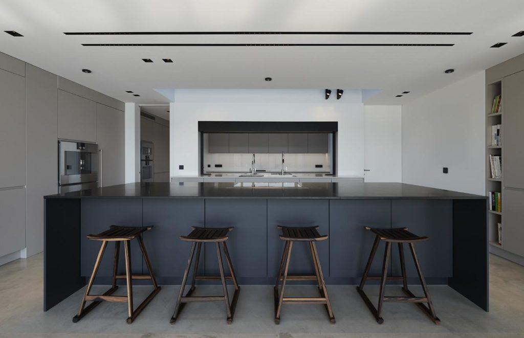 Gerade Linien, grifflose Oberflächen, flächenbündiges Verschmelzen von Geräten, Oberflächen und Wohnraum: die puristische Küche. (Foto: LEICHT)