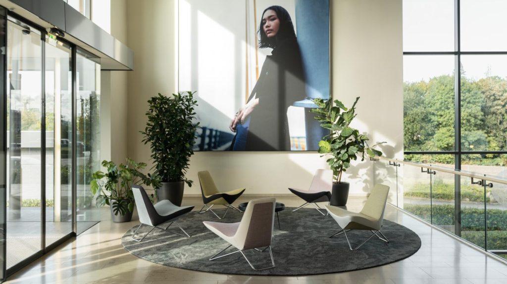 SieMatic als Lifestyle-Marke soll Modernität, Urbanität und Diversität widerspiegeln. Die Eingangshalle im Standort Löhne fängt das gut ein. (Foto: SieMatic)