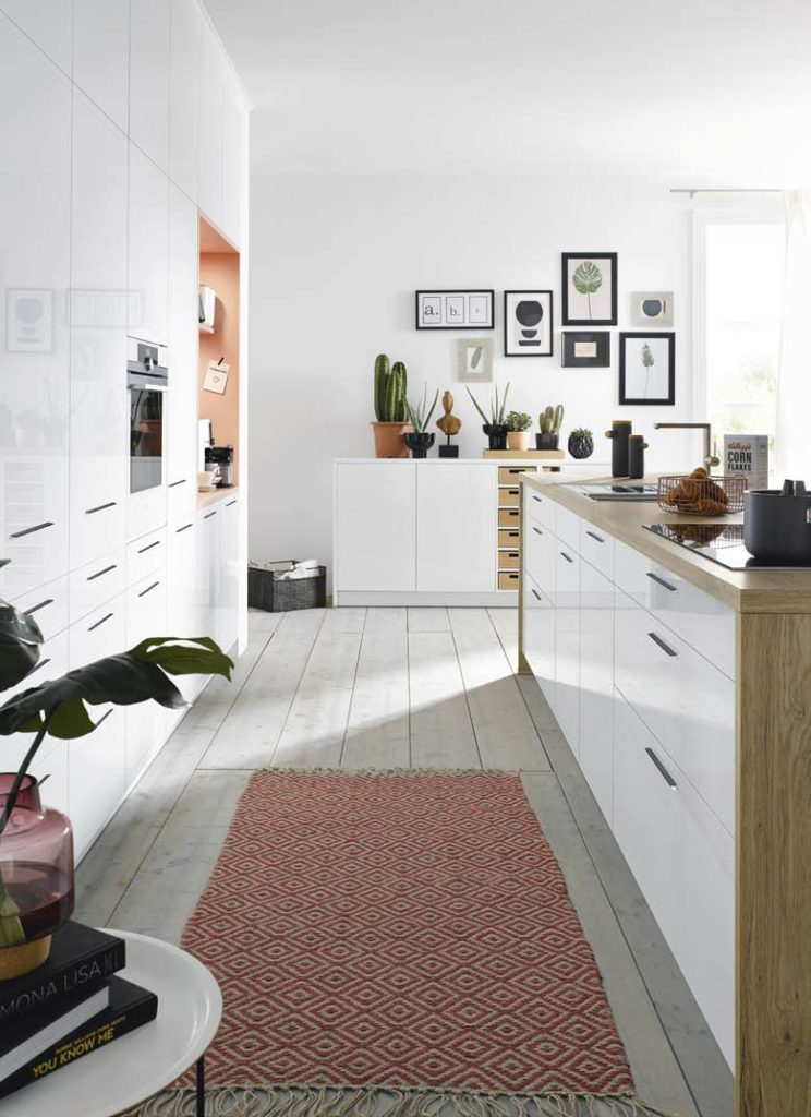 Die klassische Küche ist funktionsorientiert, freundlich und zeitlos. Noch immer ist die weiße Küche der Favorit unter den deutschsprachigen Küchenplanungen. Zusätzliche Farbe wird aber durch Accessoires und Wände ins Spiel gebracht. (Foto: Schüller)