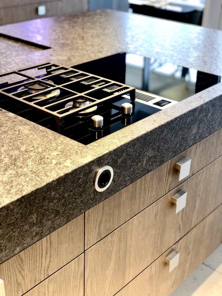 Granitarbeitsplatten in allen Stärken zählen zu den häufigsten Natursteinarbeitsplatten in der Küche. (Foto: Dross&Schaffer München West)