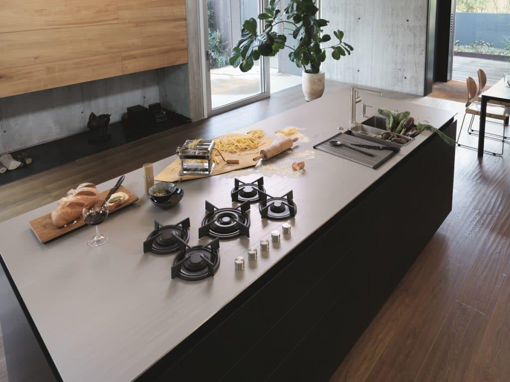 Arbeitsplatten aus handgewölktem Beton oder warmgewalztem Edelstahl zählen zur Luxusklasse der Küchenoberflächen. (Foto: Franke)