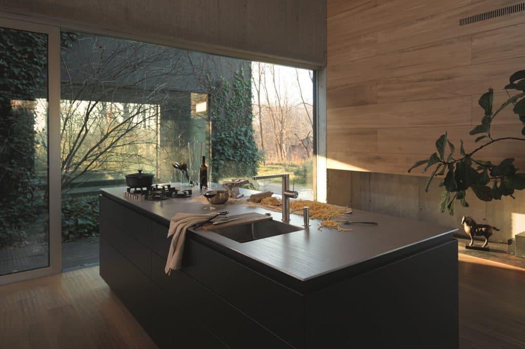 Professionell kochen in den eigenen vier Wänden: Edelstahl ermöglicht das auf hygienische und pflegeleichte Weise. Nur kratzfest ist das Material nicht - normalerweise. (Foto: Franke)