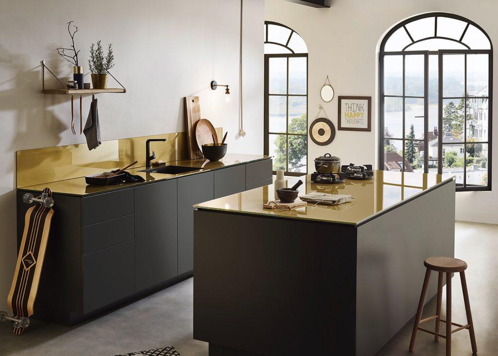 Arbeitsplatten aus Glas sind säure-, hitze- und kältebeständig - und sogar kratzfester, als man denken könnte. Farbig getönt setzen sie glanzvolle Akzente. (Foto: Lechner)