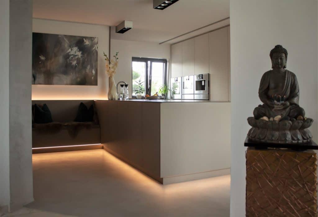 LED-Lichtbänder sind ein zunehmend beliebtes Element der Küchenraumplanung. (Foto: Hammer Margrander Interior)