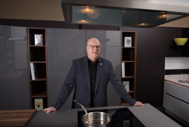 """Josef Fletzberger leitet seit vielen Jahren das renommierte """"Küchencenter Gumpendorf"""" in Wien. Er hat sich einen Ruf als Experte für 5 mm warmgewalzten Edelstahl erarbeitet. (Foto: Fletzberger Küchencenter)"""