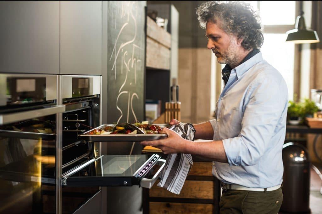 Selbst Geräte aus dem Einstiegs- und mittelpreisigen Segment lassen sich funktional im Küchenraum integrieren - beispielsweise wie hier auf Brusthöhe. (Foto: Neff)