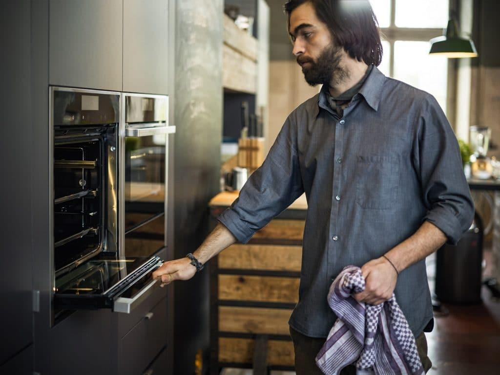 Einbaugeräte (z.B. Backofen), die auf Brusthöhe verbaut sind und womöglich die heiße Ofentür einfahren lassen, sind eine sichere Lösung, wenn sich Haustiere in der Küche aufhalten. (Foto: Neff)