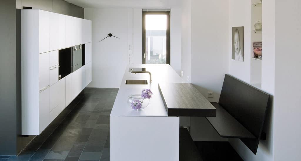 Mit zusätzlich eingezogenen Wänden können Küchenzeilen ganz oder halb in diese Mauer integriert und damit außergewöhnlich in Szene gesetzt werden. (Foto: Sprecher Küchen, Stuttgart)
