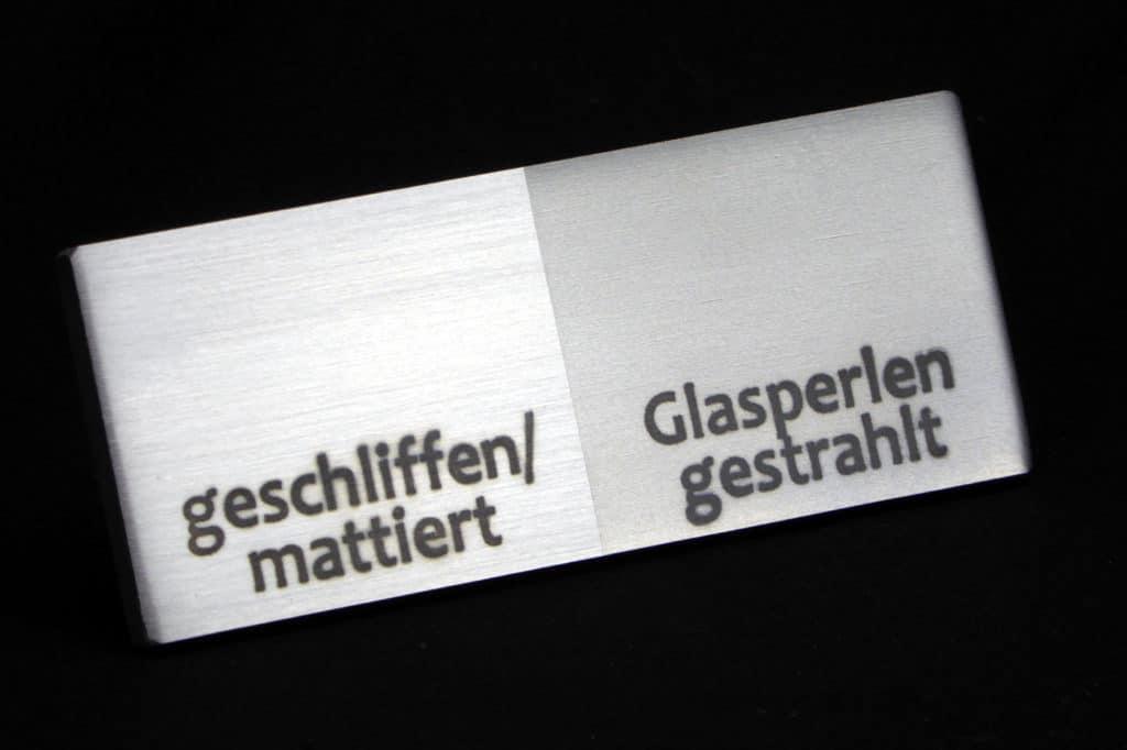 Der Unterschied zwischen geschliffenem und glasperlengestrahltem Edelstahl wird hier deutlich. Rechts wird flächig kratzfest. (Foto: cs-edelstahl-design.de)