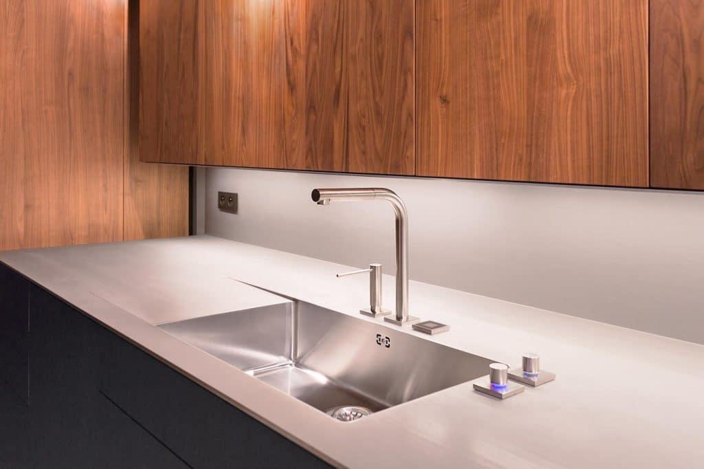 Edelstahl in der Küche lässt sich universell einsetzen. Präzise, puristische Küchen erhalten im Mix aus Stahl und Holz ein zeitlos schönes Design. (Foto: Büchele)